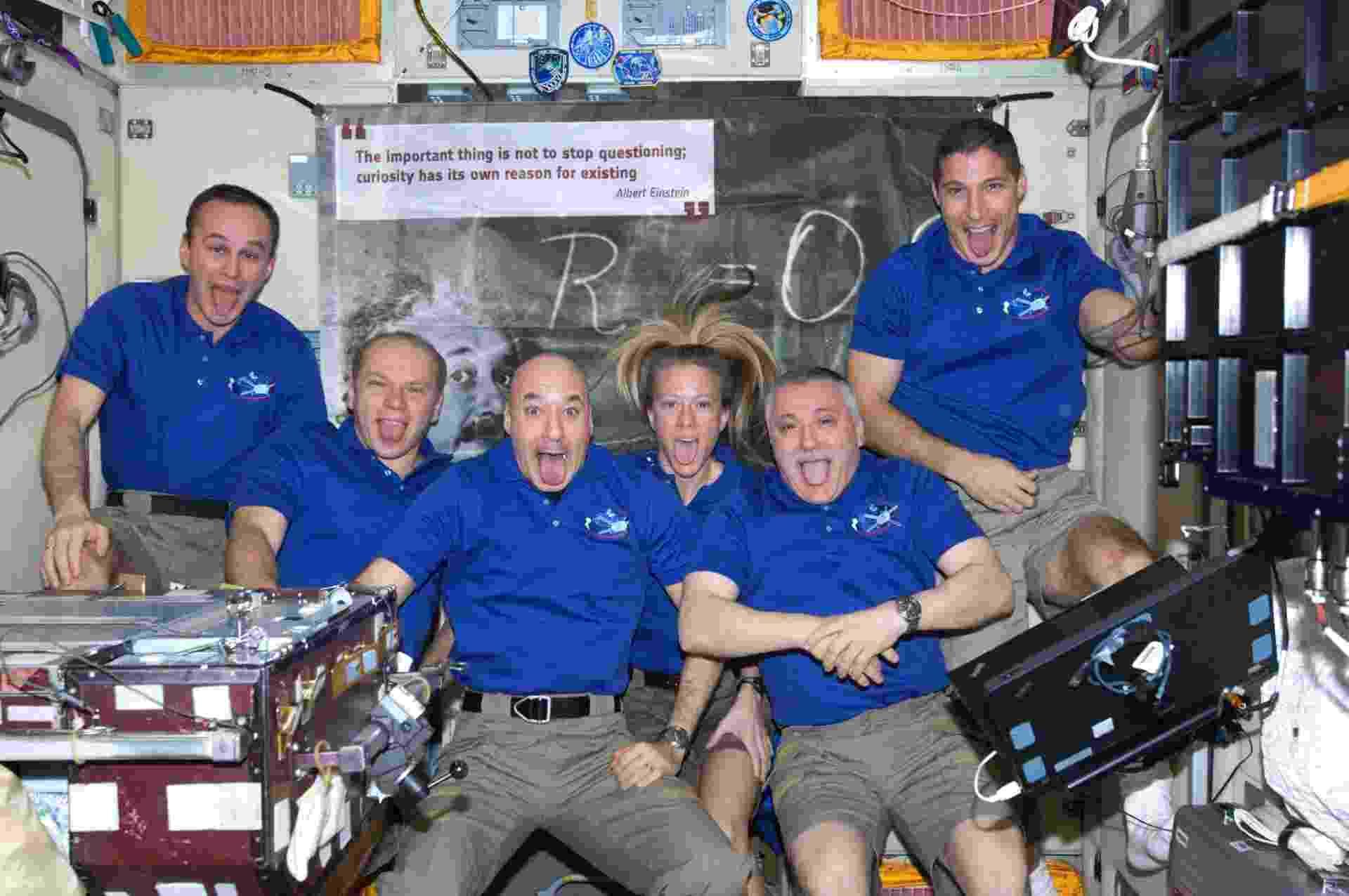 29.out.2013 - A tripulação da Estação Espacial Internacional (ISS, na sigla em inglês) prestou um tributo a Albert Einstein ao imitar a icônica imagem do físico mostrando a língua, de 1951, quando ele foi fotografado no aniversário de 72 anos por Arthur Sasse. Os seis astronautas se despediram do cargueiro da Agência Espacial Europeia (ESA, na sigla em inglês), batizado com o nome do cientista que desatracou nesta segunda-feira (28), às 08h55 GMT, após levar suprimentos para a plataforma orbital - ESA/Nasa