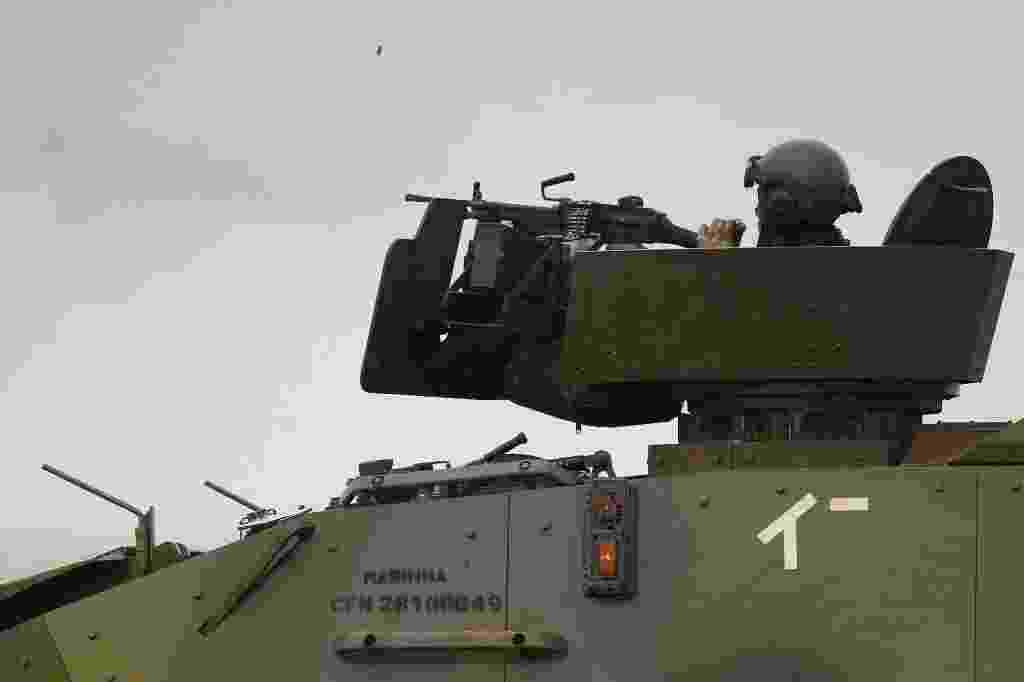 29.out.2013 - Fuzileiro naval da Marinha participa de treinamento militar, chamado de Operação Formosa, no Campo de Instrução de Formosa, distante cerca de cem quilômetros ao norte de Brasília, nesta terça-feira (29). Cerca de 2.000 militares integram a ação que dura 17 dias - Ueslei Marcelino/Reuters