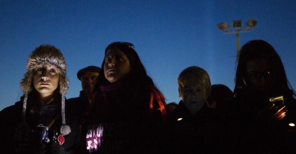 29.out.2013 - Moradores de Nova Jersey (EUA) fazem homenagem às vítimas do furacão Sandy nesta terça-feira (29). A passagem da supertempestade, que matou pelo menos 159 pessoas, danificou mais de 650 mil casas, e trouxe prejuízos estimados em US$ 70 bilhões para o país, completa um ano nesta terça-feira