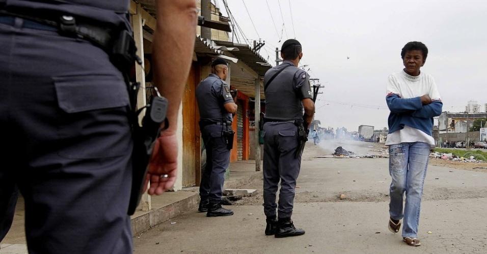 29.out.2013 - Policiais militares circulam pela região do Parque Novo Mundo, na zona norte de São Paulo, nesta terça-feira (29), depois de protesto contra a morte de um adolescente durante uma abordagem policial ocorrida no domingo (27)