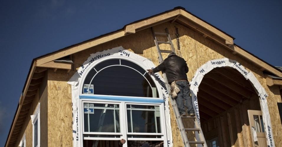 29.out.2013 - Trabalhadores instalam nesta terça-feira (29) janela em casa, um ano depois de ela ter sido destruída pela supertempestade Sandy.  A passagem da supertempestade, que matou pelo menos 159 pessoas, danificou mais de 650 mil casas, e trouxe prejuízos estimados em US$ 70 bilhões para o país, completa um ano nesta terça-feira