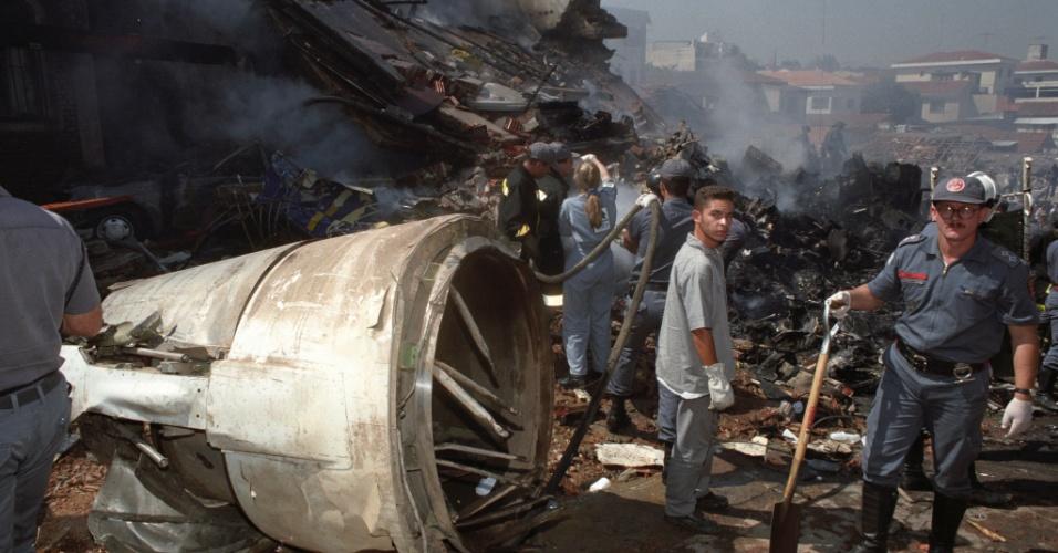 31.out.1996 - Bombeiros trabalham no local da queda de um Fokker 100 da TAM, voo 402, no bairro do Jabaquara, em São Paulo. Logo após decolar do aeroporto de Congonhas, o avião apresentou problemas, perdeu altitude, bateu em dois prédios e explodiu, matando 99 pessoas entre passageiros, tripulantes e moradores da região