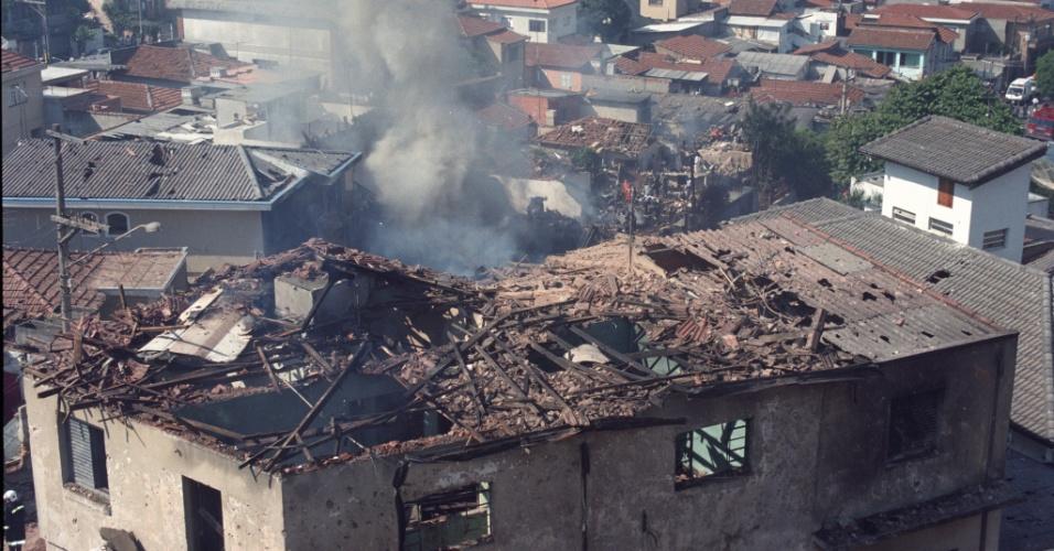 31.out.1996 - Casas são destruídas no local da queda de um Fokker 100 da TAM, voo 402, no bairro do Jabaquara, em São Paulo. Logo após decolar do aeroporto de Congonhas, o avião apresentou problemas, perdeu altitude, bateu em dois prédios e explodiu, matando 99 pessoas entre passageiros, tripulantes e moradores da região