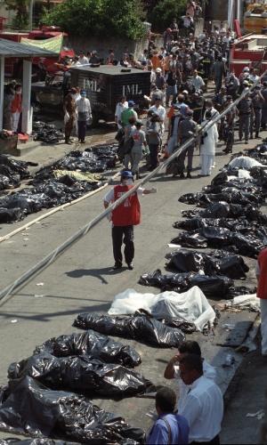 31.out.1996 - Corpos das vítimas da queda de um Fokker 100 da TAM, voo 402, no bairro do Jabaquara, em São Paulo. Logo após decolar do aeroporto de Congonhas, o avião apresentou problemas, perdeu altitude, bateu em dois prédios e explodiu, matando 99 pessoas entre passageiros, tripulantes e moradores da região
