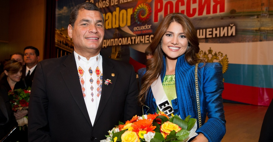 29.out.2013 - Constanza Baez, Miss Universo Equador, posa para foto com o presidente equatoriano Rafael Correa, em Moscou, na Rússia. O Miss Universo 2013 acontece no dia 9 de novembro e tem mais de 80 candidatas
