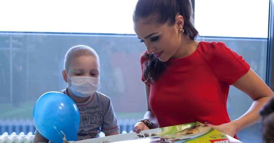 29.out.2013 - Olivia Culpo, Miss Universo 2012, visita criança no Centro Federal de Pesquisa Pediátrica em Moscou, na Rússia. O Miss Universo 2013 acontece no dia 9 de novembro e tem mais de 80 candidatas