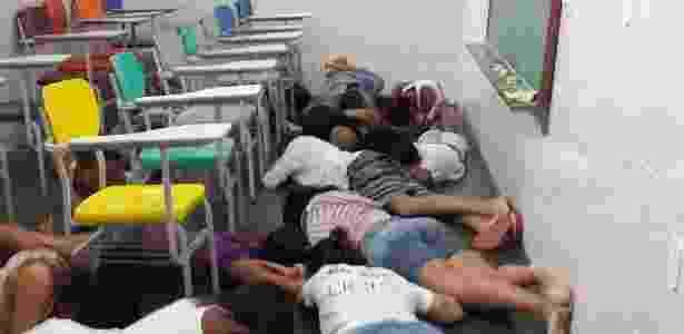 Fundadora da ONG Uerê Maré, Yvonne Bezerra de Mello fotografou crianças deitadas no chão da sala de aula de uma escola durante operação da PM - Divulgação/Facebook/Yvonne Bezerra de Mello