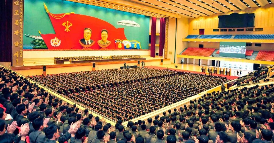 30.out.2013 - Líder da Coreia do Norte, Kim Jong-un, discursa do centro do palco durante encontro de integrantes do Exército do Povo da Coreia em foto sem data divulgada nesta quarta-feira (30)