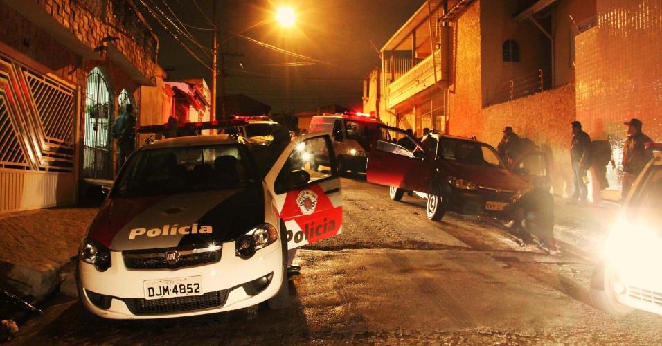 30.out.2013 - Polícia Militar encontra corpo de homem morto com tiros na noite desta terça-feira (29), na rua General Augusto Imbassaí, no bairro Vila Bela Vista, zona norte de São Paulo. Segundo a PM, a vítima, que dirigia, estava com mais um homem em seu carro, com o qual discutiu. Eles brigaram e o agressor sacou uma arma e disparou contra a cabeça do motorista. O criminoso fugiu a pé e ainda não foi reconhecido. O caso foi registrado no 72º DP e será investigado pelo DHPP