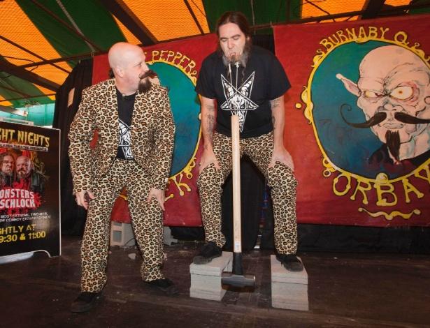 """30.out.2013 - """"Sweet Pepper Klopek"""" quebrou o recorde e entrou para o Guinness Book  levantando uma marreta de 10 quilos usando ganchos presos ao rosto durante a Exposição Nacional do Pacífico em Vancouver, Canadá"""