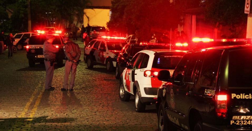 30.out.2013 - Um delegado da Polícia Civil reagiu durante uma tentativa de sequestro e matou um dos suspeitos na rua dos Periquitos, em Moema, zona sul de São Paulo, na madrugada desta quarta-feira (30). Segundo a polícia, o delegado parou seu veículo em frente a uma loja de fast food, quando voltou para o carro foi abordado por dois homens que o obrigaram a sentar no banco de trás. Ele atirou em um deles que morreu no local, o outro conseguiu fugir
