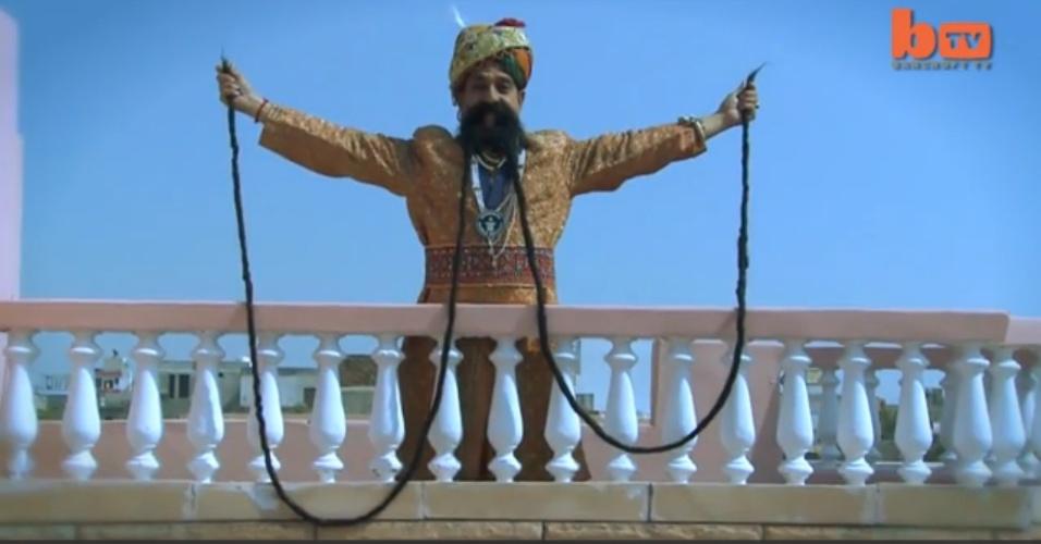 """O indiano Ram Singh Chauhan, 58, é dono da maior bigodeira do mundo: são quatro metros de pelos faciais, que de acordo com ele são seu bem """"mais precioso"""". Chauhan cultiva as melenas há 32 anos, e perde duas horas por dia cuidando delas. Seu bigode fez com que ele ganhasse um papel no filma James Bond - Operação Tentáculo"""