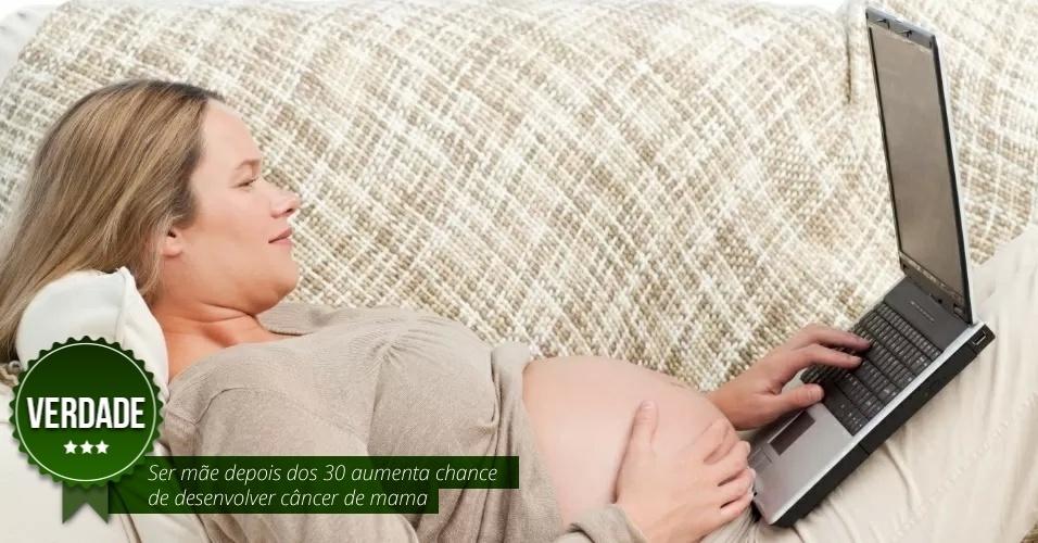 """Ser mãe depois dos 30 aumenta chance de desenvolver câncer de mama. VERDADE - Isso porque se a mulher engravida mais tarde, significa que ela menstruou mais vezes ao longo da vida e, assim, recebeu mais hormônios estrogênio e progesterona, que estimulam as células mamárias a se reproduzir, podendo causar câncer. """"Quando a mulher está grávida e mesmo durante a amamentação, ela produz menos desses hormônios, ficando menos exposta a eles. Isso significa que o risco diminui consideravelmente, mas não que ele não exista"""", explica Wesley Pereira de Andrade, cirurgião oncologista e mastologista do A.C.Camargo Cancer Center"""