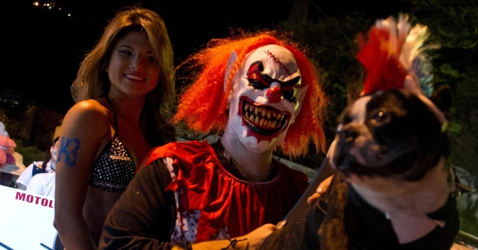 30.out.2013 - Casal participa com cão nesta quarta-feira (30) de festa do Dia das Bruxas, comemorado nesta quinta-feira (31), em Cali (Colômbia)