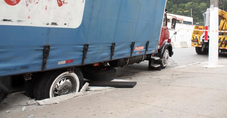 31.out.2013 - A roda traseira do caminhão de uma transportadora afundou na calçada na avenida Maria Coelho Aguiar, na zona sul de São Paulo, na manhã desta quinta-feira (31)
