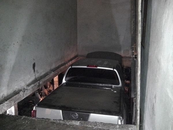 31.out.2013 - Após dois meses de investigação, a polícia descobriu em Curitiba (PR) um desmanche que escondia mais de 200 carros em uma garagem no subsolo de uma casa. No local funcionava um elevador que levava os carros roubados para o interior do terreno. O delegado Cassiano Aufiero, que comandou as investigações, disse que o esquema funcionava há cinco anos