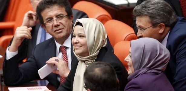 Deputadas turcas desafiam tradição e usam véu em sessão do Parlamento do país, em Ancara