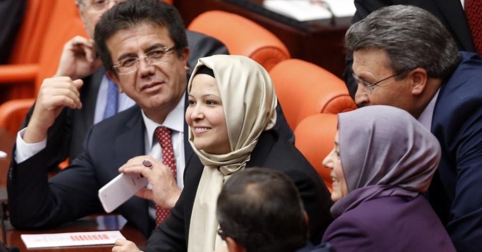 31.out.2013 - As deputadas turcas Nurcan Dalbudak (centro) e Sevde Beyazit Kacar (dir.) usam véu em sessão do Parlamento do país, em Ancara, nesta quinta-feira (31). Quatro deputadas do partido islâmico conservador no poder desafiaram a tradição secular da política turca usando véu no Parlamento, fato inédito em 14 anos na Turquia