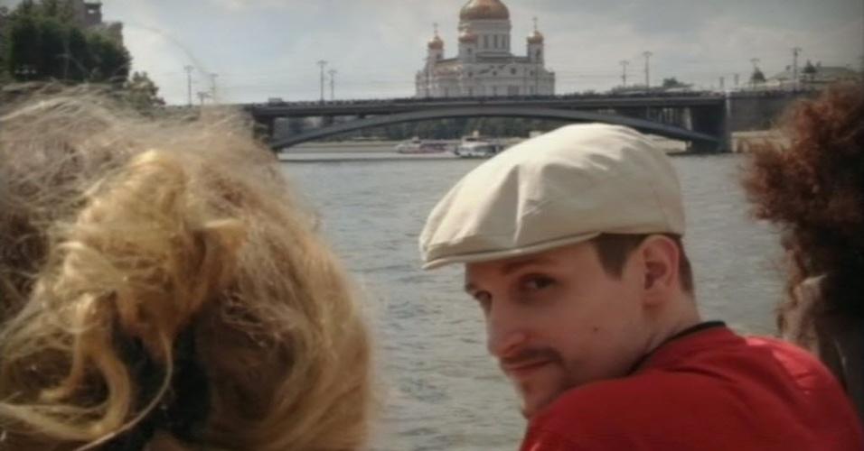 31.out.2013 - Imagem tirada de um vídeo do canal de TV russo Rossiya 24, mostra um homem que supostamente seria Edward Snowden, ex-funcionário da NSA (Agência Nacional de Segurança) dos Estados Unidos, em frente à Catedral de Cristo Salvador, no centro de Moscou, na Rússia, nesta quinta-feira (31)