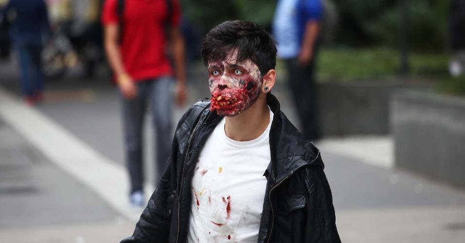 31.out.2013 - Jovem é visto caracterizado de zumbi na avenida Paulista, em São Paulo, nesta quinta-feira (31), no clima do Dia das Bruxas, comemorado hoje