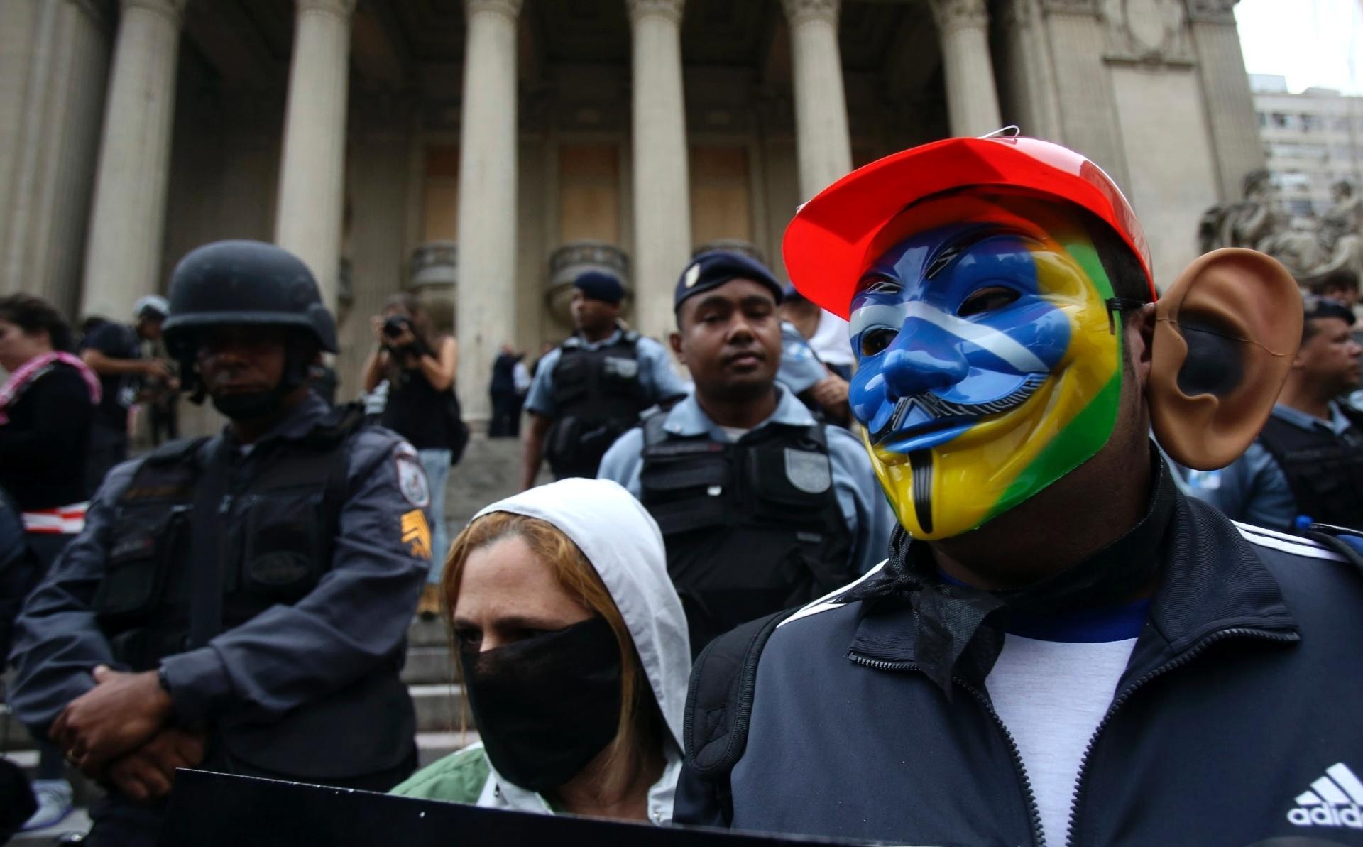 31.out.2013 - Manifestante mascarado participa do ato