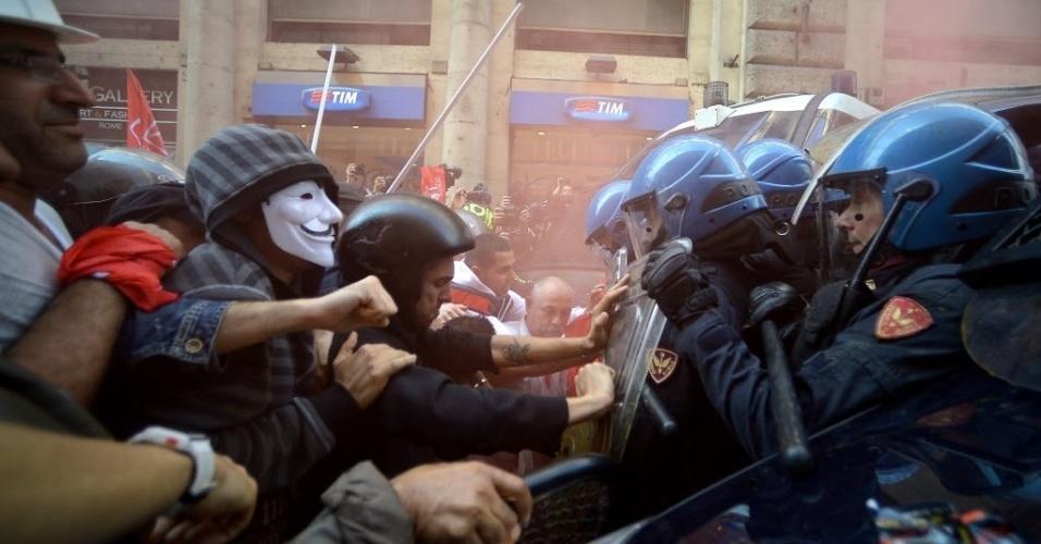 31.out.2013 - Manifestantes e policiais entram em confronto no centro de Roma nesta quinta-feira (31). O distúrbio ocorreu durante manifestação pelo direito à moradia e contra medidas de austeridade econômica