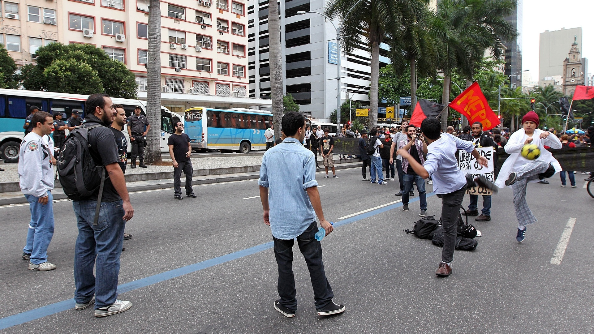 31.out.2013 - Manifestantes jogam bola durante o ato