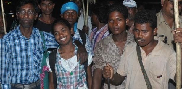 A menina Nirmala (centro) diz receber a ajuda de seu pai e de garotos de sua tribo