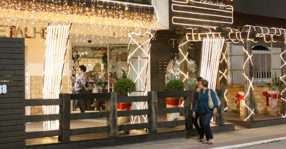31.out.2013 - O comércio da região central de São José, em Santa Catarina, já recebeu os enfeites da decoração de Natal, atração a mais para turistas que visitam a cidade