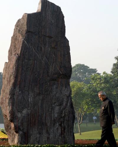 31.out.2013 - O presidente da Índia, Pranab Mukherjee, homenageia Shakti Stahl, o memorial dedicado à ex-primeira-ministra indiana Indira Gandhi, em Nova Delhi (Índia), nesta quinta-feira (31), 29º aniversário de sua morte. Indira, que ficou no cargo entre 1966 e 1977 e entre 1980 e 1984, foi assassinada por seus guarda-costas em 1984