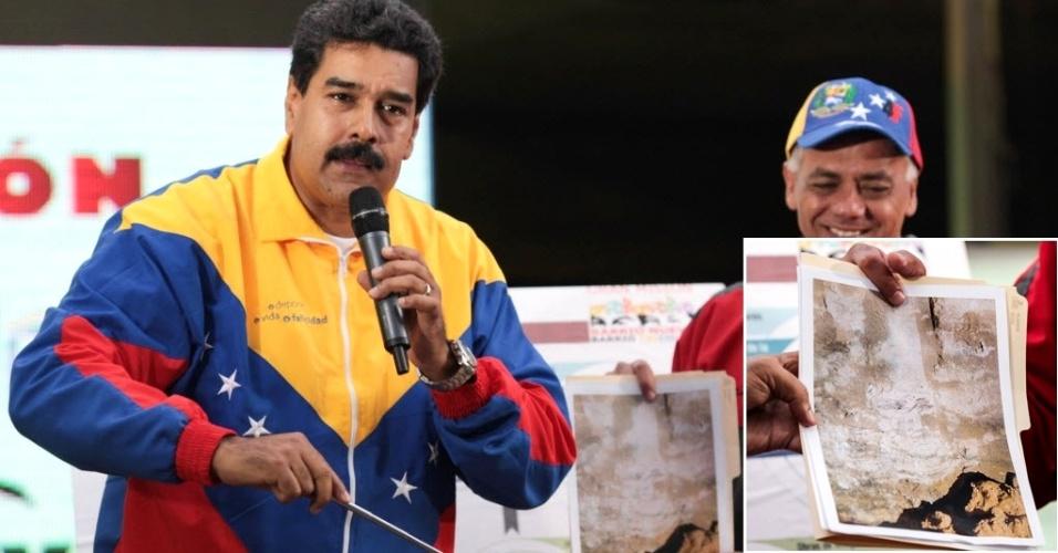 """31.out.2013 - O presidente da Venezuela, Nicolás Maduro, mostra uma foto do que ele diz ser """"uma imagem do rosto do ex-presidente Hugo Chávez"""", morto em março deste ano, que """"apareceu"""", segundo Maduro, nas obras de um túnel do metrô de Caracas. No detalhe, à direita, a foto ampliada"""