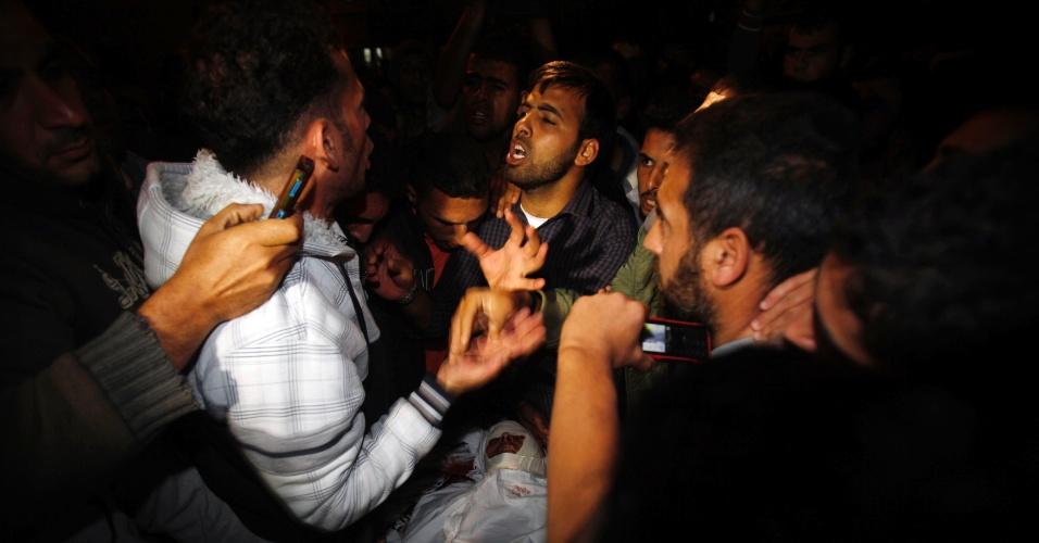 31.out.2013 - Palestinos discutem ao redor do corpo do militante do Hamas, em um hospital em Khan Younis, no sul da Faixa de Gaza, nesta quinta-feira (31). Ele foi morto, e outro ficou gravemente ferido, por fogo disparado por tanques israelenses na região nesta quinta, segundo fontes médicas