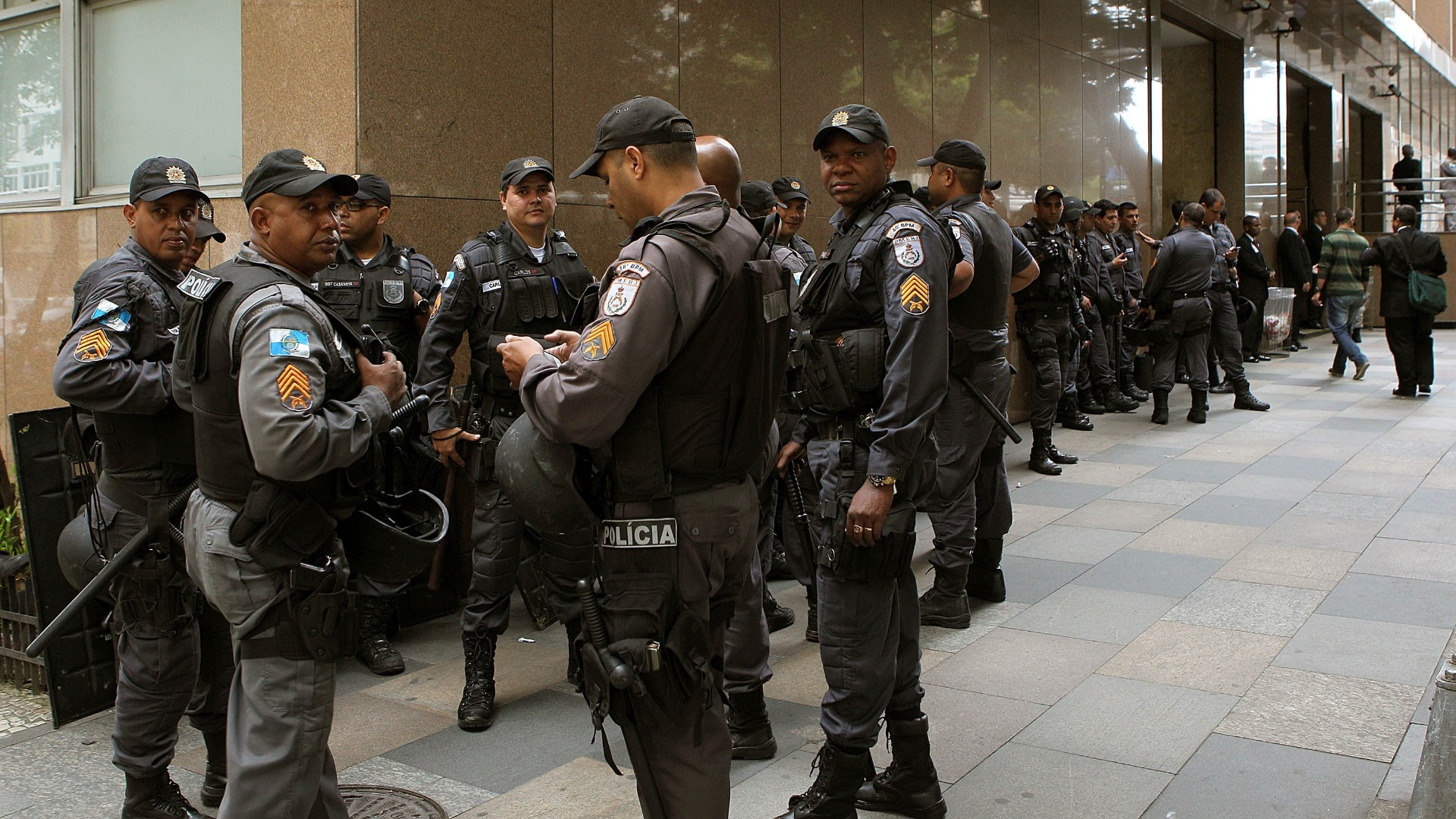 31.out.2013 - Policiais acompanham a movimentação em frente ao TJ-RJ (Tribunal de Justiça do Rio de Janeiro), no centro da capital fluminense, onde se concentram os manifestantes que participam do ato chamado