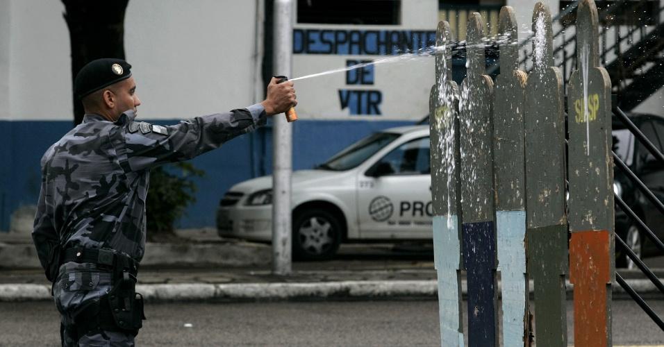 31.out.2013 - Policial do  Batalhão de Choque da PM do Rio de Janeiro realiza treinamento com spray de pimenta na sede da entidade, nesta quinta-feira (31). No treinamento, foi testada ainda uma nova bomba de gás lacrimogêneo, desenvolvida pela empresa Condor, fabricante de armas menos letais