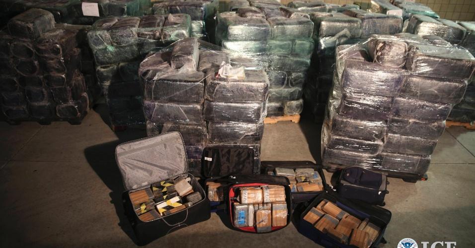 31.out.2013 - Policiais encontraram drogas em um túnel de contrabando altamente sofisticado que liga os Estados Unidos ao México, usado para contrabandear os entorpecentes. A passagem ia de um parque industrial em Otay Mesa, na Califórnia, até Tijuana, no México, e tinha um aprimorado sistema de ventilação