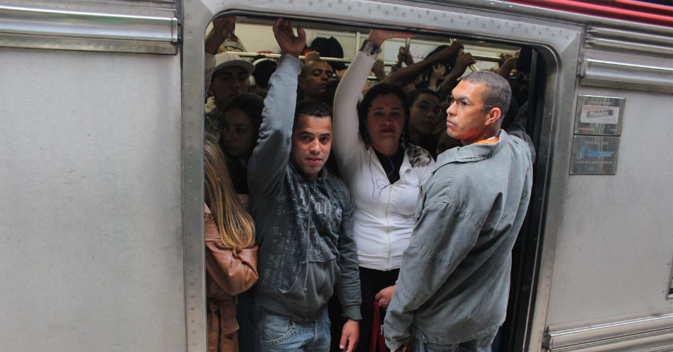 31.out.2013 - Trem parte com excesso de passageiros da estação Pirituba da CPTM, em São Paulo, na manhã desta quinta-feira (31)