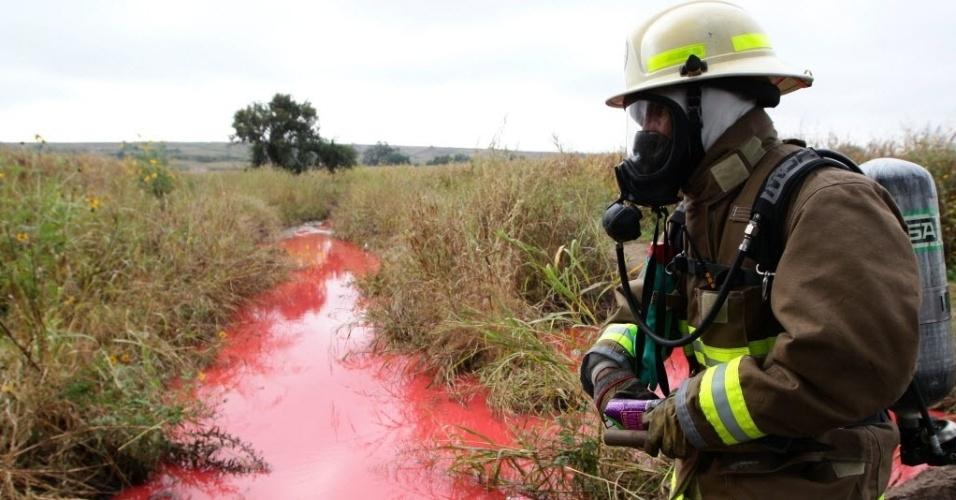 31.out.2013 - Um especialista em derramamento de hidrocarbonetos inspeciona um rio atingido por um grande vazamento de combustível, ocorrido nessa quarta-feira (30), em Tlajomulco, no Estado mexicado de Jalisco. Ao menos 4.500 pessoas foram desalojadas por causa do incidente, segundo fontes oficiais. Autoridades municipais e a empresa pública de petróleo do México informaram que o vazamento teve origem em um oleoduto que liga a refinaria de Salamanca com o estado de Jalisco