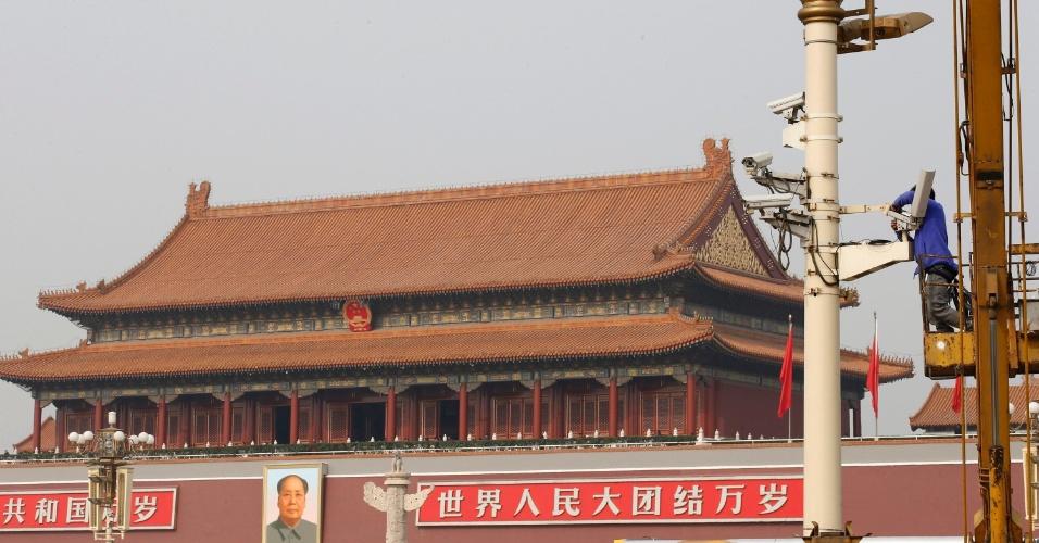 31.out.2013 - Um homem instala câmera de segurança na praça Tiananmen, em Pequim (China), nesta quinta-feira (31), três dias após um ataque no local matar cinco pessoas. O governo culpa militantes islâmicos de Xinjiang pelo ataque