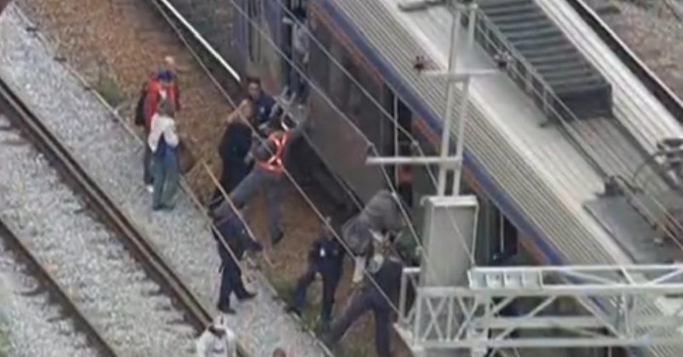 31.out.2013 - Um trem da CPTM (Companhia Paulista de Trens Metropolitanos) apresentou problemas e parou pouco depois da saída da plataforma da estação Piqueri, da linha 7- Rubi, na manhã desta quinta-feira (31). Passageiros desceram e caminharam pelos trilhos até a plataforma