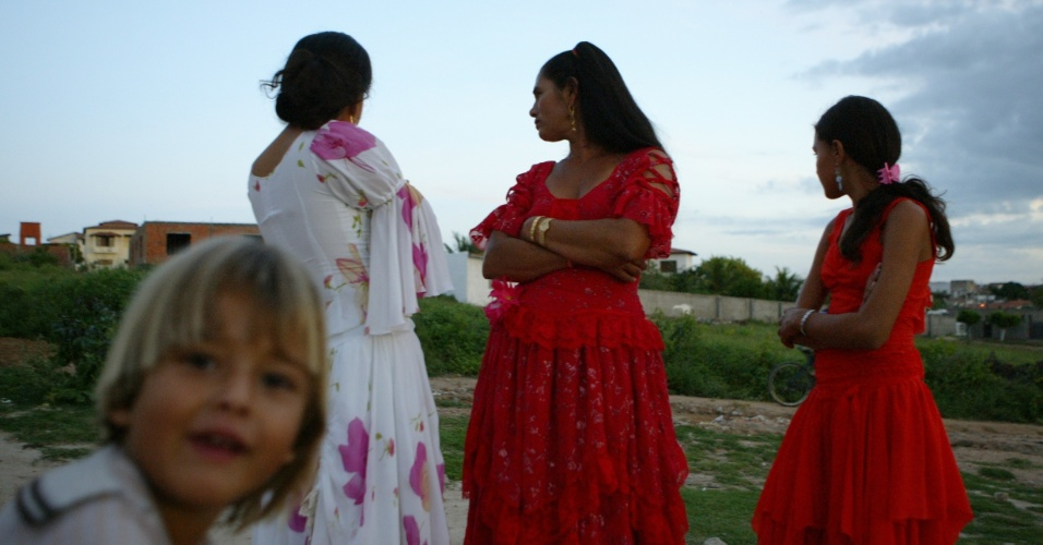 Os ciganos estão divididos em três grandes grupos: sinti, rom e calon. Os mais encontrados no Brasil são os ?rom? e os ?calon?