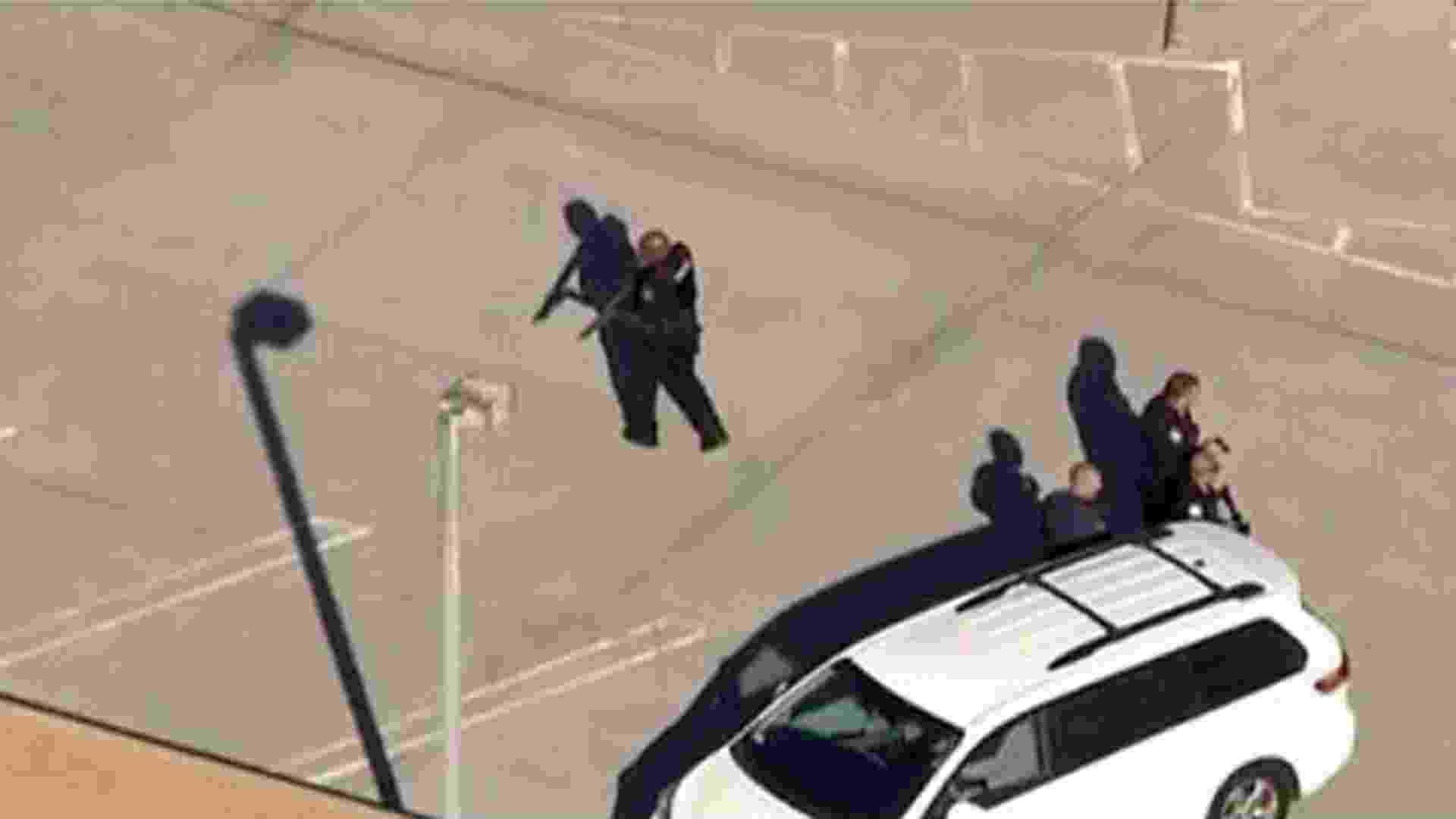 1º.nov.2013 - Agentes armados são vistos no aeroporto Internacional de Los Angeles, nesta sexta-feira (1), após tiroteio no Terminal 3. Um homem teria disparado com um fuzil e pelo menos três pessoas teriam ficado feridas, entre eles um agente federal. O terminal foi evacuado - Los Angeles Police Department/AFP