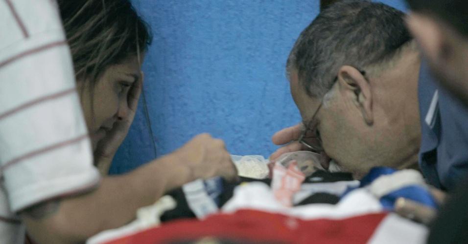 1.nov.2013 - Familiares velam o menino Kayo da Silva Costa, de 8 anos, na capela de Moça Bonita, em Bangu, zona oeste do Rio de Janeiro. O menino foi morto na noite desta quinta-feira (31), baleado na cabeça durante troca de tiros entre policiais e bandidos em frente ao fórum de Bangu