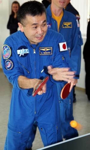 1º.nov.2013 - Koichi Wakata, astronauta da Jaxa (Agência Espacial Japonesa), jaga pingue-pongue após uma sessão de testes no no Cosmódromo de Baikonur, no Cazaquistão. O japonês integra a nova tripulação que será enviada à Estação Espacial Internacional no próximo dia 7, inaugurando a missão 38