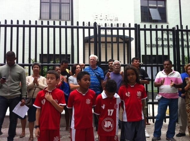 1.nov.2013 - Moradores de Bangu, na zona oeste do Rio de Janeiro, fazem manifestação em frente ao fórum de Bangu em protesto à morte do menino Kayo da Silva Costa, de 8 anos