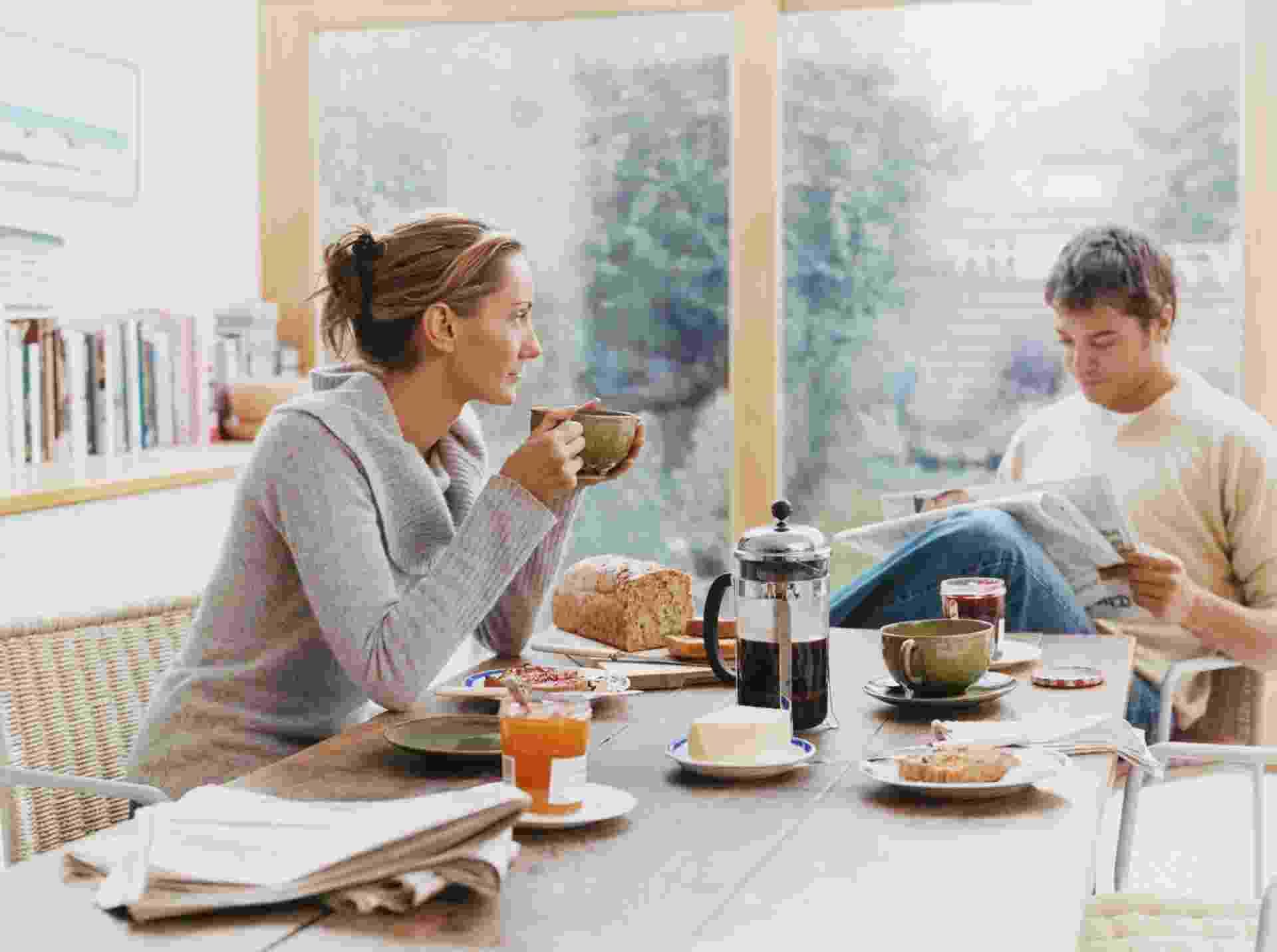1.nov.2013 - Mulher, homem, café da manhã, conversa - Thinkstock
