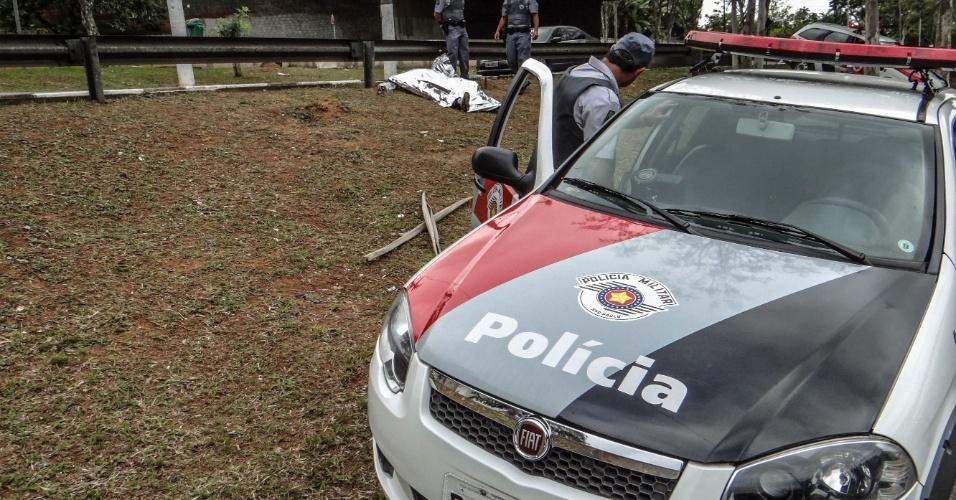1.nov.2013 - Um homem morreu e outro ficou ferido após uma troca de tiros com policiais militares na avenida Vicente Rao, na zona sul de São Paulo, na madrugada desta sexta-feira (1). Eles estariam em um veículo roubado. Um terceiro suspeito conseguiu fugir