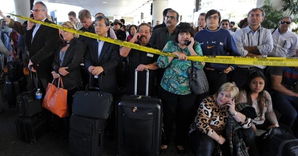 2.nov.2013 - Passageiros aguardam no setor de embarque do aeroporto de Los Angeles (EUA) durante isolamento da área após tiroteio no terminal 3 com uma vítima fatal