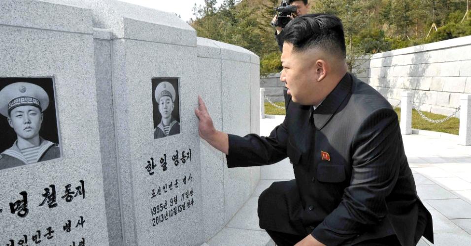 3.nov.2013 - Em imagem liberada neste domingo (3) pela agência de notícias central da Coreia do Norte (KCNA) mostra o líder do país, Kim Jong-un, em visita a cemitério de soldados da marinha que morreram durante ação neste ano. Os soldados teriam morrido durante o treino uma vez que não houve relatos de conflitos. O relatório KCNA não especificou a data da visita