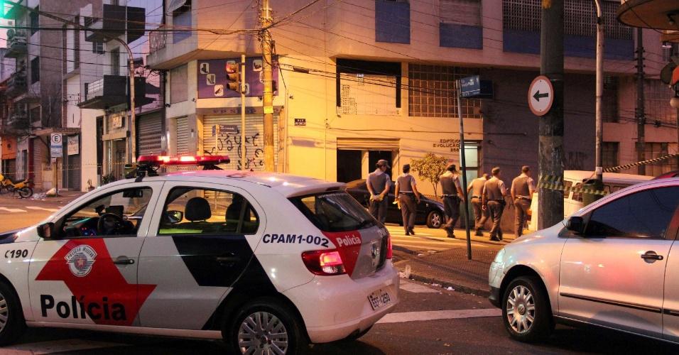 3.nov.2013 - Dois policiais militares ficaram feridos em troca de tiros com criminosos durante uma tentativa de assalto a uma relojoaria na rua Newton Prado, no bairro Bom Retiro, região central de São Paulo, na madrugada deste domingo (3). Um grupo formado por dez assaltantes armados invadiu um pequeno shopping para furtar a loja. Durante a ação, o filho do dono do estabelecimento acionou a polícia, que foi recebida a tiros de fuzis e metralhadoras ao atenderem a ocorrência. Os policiais feridos foram levados à Santa Casa e não correm risco de morrer, segundo a polícia