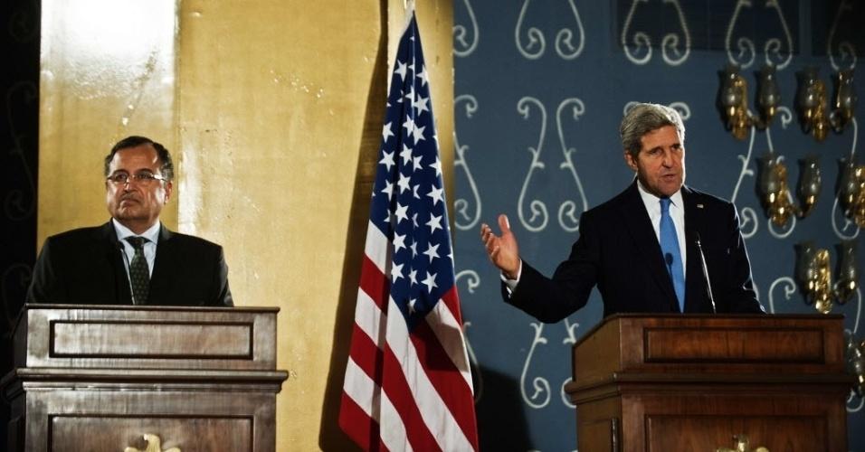 3.nov.2013 - O secretário de Estado dos Estados Unidos, John Kerry (dir.), e o ministro das relações exteriores do Egito, Nabil Fahmy, concedem entrevista coletiva no Cairo, capital egípcia, neste domingo (3). Kerry assegurou que seu país continuará trabalhando com as autoridades egípcias. Esta é a primeira visita ddo secretário de Estado ao país após a destituição, há quatro meses, do presidente islamita Mohamed Mursi pelo Exército